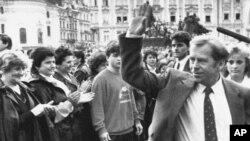 捷克共和前总统哈维尔在布拉格向人群挥手(1990年拍摄)