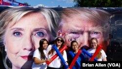 ក្រុមនិស្សិតថតរូបនៅពីមុខរូបបេក្ខជនប្រធានាធិបតីទាំងពីរ គឺលោកស្រី Hillary Clinton និង លោក Donald Trump។ បេក្ខជនទាំងពីរនឹងប្រឈមមុខគ្នាក្នុងកិច្ចពិភាក្សាដេញដោលនៅសាកលវិទ្យាល័យ Hofstra នៅយប់ថ្ងៃចន្ទនេះ។