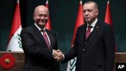 Presiden Turki Recep Tayyip Erdogan (kanan) menerima Presiden Irak Barham Salih di Ankara, Turki, Kamis (3/1).