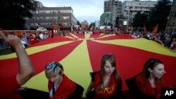 Massa pendukung pemerintah berdemonstrasi di depan gedung Parlemen di Skopje, Macedonia (18/5). (AP/Boris Grdanoski)