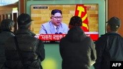 1일 서울 시민들이 서울역 대합실에서 북한 김정은 국무위원장의 신년사 관련 TV 뉴스를 시청하고 있다.
