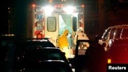 Ambulans yang membawa perawat Amber Vinson, tiba di rumah sakit Universitas Emory di Atlanta, Georgia (15/10).