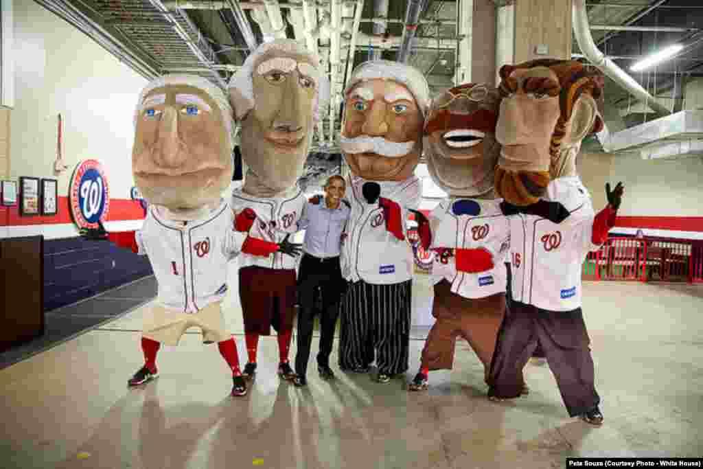 Le président est entouré de marionnettes géantes représentant les anciens présidents des États-Unis, au stade de baseball de Washington DC , le 11 juin 2015.