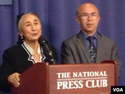 热比娅举行记者会,右为英文翻译(美国之音 莉雅拍摄)