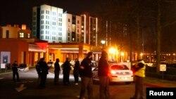 ماموران پلیس فرانسه در مقابل ورودی هتل نیویورک در پارک تفریحی دیسنی لند در حومه پاریس - ۸ بهمن ۱۳۹۴
