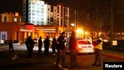 Polisi dan pasukan keamanan Perancis mengamankan lokasi di dekat Hotel New York, dekat pintu masuk taman hiburan 'Disneyland' di Paris, Kamis (28/1).