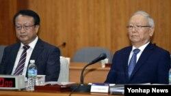 이병호 한국 국정원장(오른쪽)이 20일 서울 국가정보원에서 열린 정보위원회의 국가정보원에 대한 국정감사에서 자리에 앉아 있다. 왼쪽은 한기범 1차장.