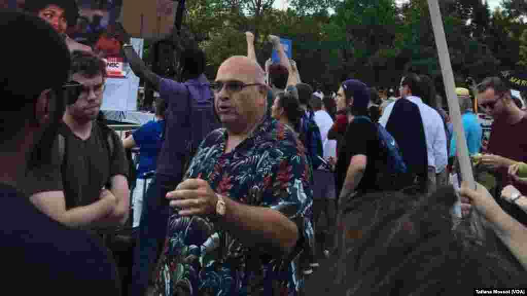Manifestation de soutien à Bernie Sanders, le 25 juillet 2016 à Philadelphie. (VOA/ Tatiana Mossot)