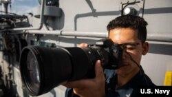 美國海軍邦克山號導彈巡洋艦(USS Bunker Hill)一名水兵2020年4月29日攝像記錄航行斯普拉特利群島情景(美國海軍)