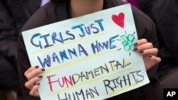 اسلام آباد میں آٹھ مارچ کو ہونے والے آزادی مارچ میں شریک خاتون لڑکیوں کے لئے بنیادی انسانی حقوق کا مطالبہ کر رہی ہیں۔