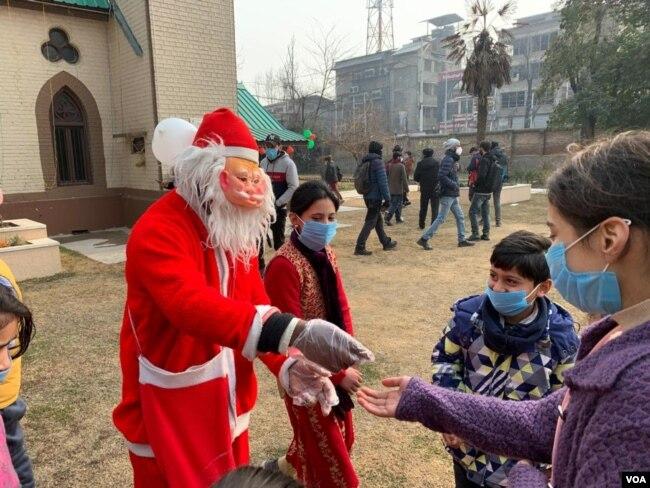 کرسمس کے موقع پر سانتا کلازا ماسکو میں بچعں میں تحائف تقسیم کر رہے ہیں۔