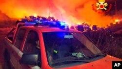 Italijanski vatrogasci i požar nedaleko od Mandasa, na fotografiji koju su napravili vatrogasci, na jugu Sardinije, Italija, 12. avgusta 2021.