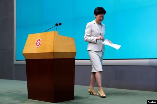 香港特首林郑月娥2019年6月18日在立法会举行的记者会上再度道歉后走下讲台。