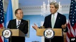 Menlu AS John Kerry (kanan) dan Sekjen PBB Ban Ki-moon dalam konferensi pers di Washington, Kamis (14/2).