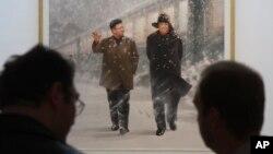 지난 2010년 5월 오스트리아 빈에서 열린 북한 예술작품 전시회에서 관람객들이 화가 리동근의 조선화 '인민을위한길에 함께 계시며'를 감상하고 있다. (자료사진)