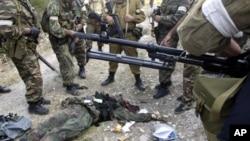 Pasukan anti teror Rusia dan militan yang berhasil mereka tewaskan di Dagestan (foto: dok).