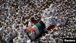 تجمع مسلمانان فرقه داوودی بوهره دور اتوموبیلی که جسد رهبر فرقه را حمل می کند. بمبئی - ۱۸ ژانویه