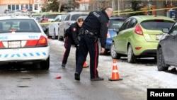 Polisi Calgary memberikan tanda di jalanan tempat terjadinya inside penembakan di malam tahun baru di wilayah Killarney, Calgary, Alberta, Kanada (1/1).