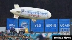 1일 대구 수성구 삼성라이온즈파크에서 2016 프로야구 개막전인 삼성과 두산의 경기가 열렸다. 식전 행사에서 비행선 퍼포먼스가 펼쳐지고 있다.
