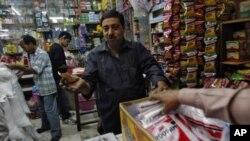新德里某市场内的一家夫妻店老板和顾客讨价还价