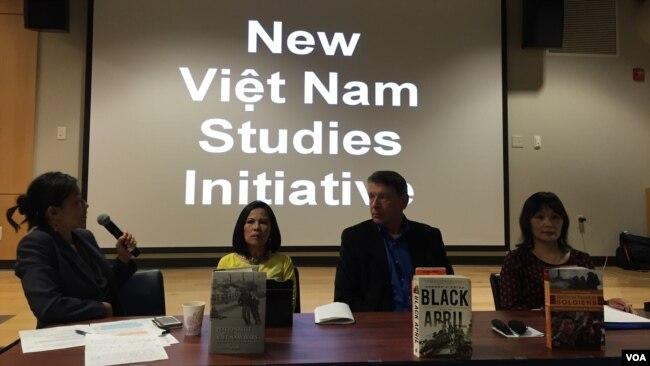 Phó GS Nathalie Huỳnh Châu Nguyễn (phải) trong buổi giới thiệu tác phẩm ở Đại học U.C. Davis, California, 10/2016, cùng tác phẩm Black April của George J. Veith và Nationalist in the Viet Nam Wars của Nguyễn Công Luận. (Ảnh: Bùi Văn Phú)