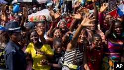 几内亚人欢迎法国总统奥朗德的车队