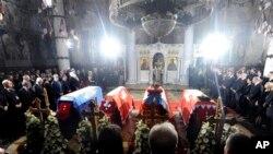 Tang lễ của Vua Peter đệ nhị, vợ, mẹ và em trai được cử hành tại nhà thờ St. George trong thành phố Topola, Serbia, 26/5/13