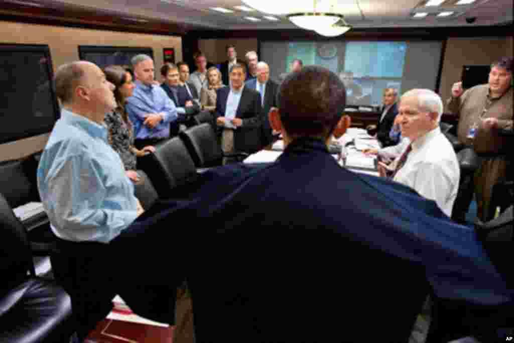 奥巴马总统和主要幕僚,国家安全顾问及将领进行讨论。