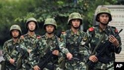 ارومچی میں مسلح چینی پولیس گشت کے دوران