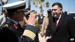 Fayez al-Sarraj, le chef du gouvernement d'union nationale, arrive à Tripoli en Libye le 30 mars 2016.
