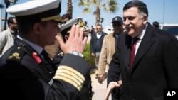 Fayez al-Sarraj, à droite, à son arrivée à Tripoli, en Libye, le 30 Mars 2016. (Media office of the Unity Government / GNA Media via AP)