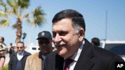 Fayez al-Sarraj salue, chef du gouvernement libyen d'union nationale (GNA), Tripoli, 30 mars 2016.