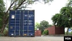 Quelques containers laissés à côté d'une route d'Islamabad-image non datée