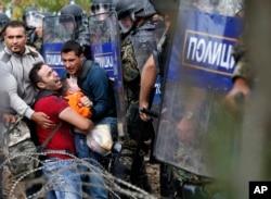 试图从希腊越境进入马其顿的移民与防暴警察对峙(2015年8月21日)