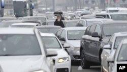 Vozači čekaju da pređu granicu Slovenije i Hrvatske, na prelazu Bregana, 19. ddecembar 2020. (Foto: AP)