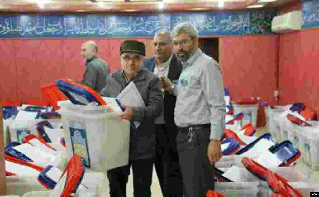 عالمی طاقتوں کے ساتھ جوہری معاہدے اور کئی برسوں سے عائد بعض اقتصادی پابندیاں ختم ہونے کے بعد ایران میں جمعہ کو پہلے پارلیمانی انتخابات کے لیے ووٹ ڈالے جا رہے ہیں۔