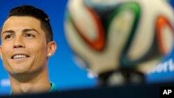 Cristiano Ronaldo trong cuộoc họp báo tại Brazil, ngày 15/6/2014.