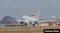 지난 31일 한국의 한 공군기지에서 이륙하는 '피스아이' 공중조기경보기.
