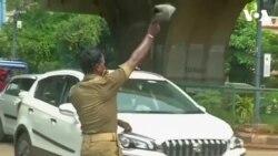 Cảnh sát vừa điều khiển giao thông vừa nhảy