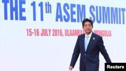 아베 신조 일본 총리가 15일 몽골 울란바토르에서 열린 아셈 정상회의장에 입장하고 있다.