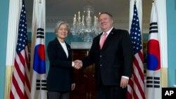 마이크 폼페오 미 국무장관과 강경화 한국 외교부 장관이 6일 워싱턴 국무부에서 회담에 앞서 악수하고 있다.