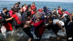 Di dân tràn vào Hy Lạp ngày 8/9/2015. Hoa Kỳ bị hối thúc phải nhận thêm người tị nạn Syria thay vì chỉ nhận có 10.000 người.