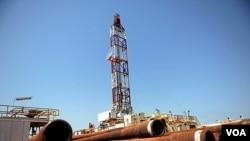 Salah satu fasilitas pengeboran minyak Sudan selatan (foto: dok). Selatan menuduh utara membom ladang minyaknya.