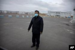 រូបឯកសារ៖ លោក Zhao Zhongwei ប្រធានផ្នែកសន្តិសុខសាធារនៈចិន ឈរនៅកន្លែងចតយានយន្ត នៅខាងក្រៅមជ្ឈមណ្ឌលឃុំឃាំង Urumqui លេខ ៣ ក្នុងសង្កាត់ Dabancheng ភាគខាងលិចនៃតំបន់ Xinjiang ដែលសំបូរដោយជនជាតិភាគតិច Uyghur រស់នៅ ថ្ងៃទី ២៣ ខែមេសា ឆ្នាំ ២០២១។