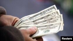 미국 뉴헴셔 주 장난감 가게 계산대에서 돈을 꺼내는 구매자. (자료사진)