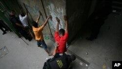Como parte de la redada policial cayeron más de 40 integrantes de la banda criminal encabezada por Claudio Jiménez Gómez. También falleció un miembro de la Policía Nacional Venezolana en el operativo.