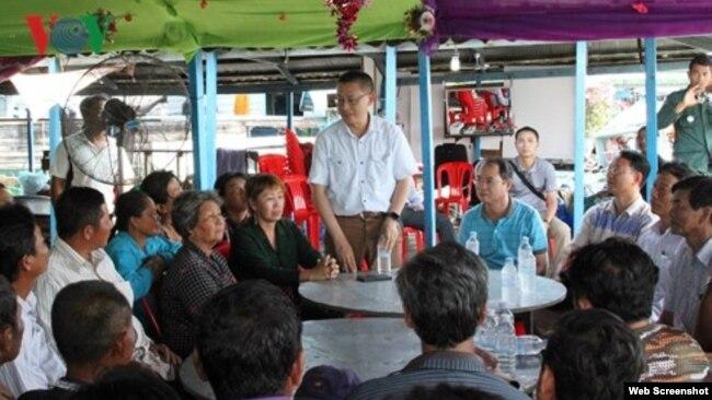 Đại sứ Việt Nam Vũ Quang Minh nói chuyện với các ngư dân người Việt tại nơi tạm cư, ngày 29/10/2018. Photo VOV.