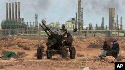 Une position des rebelles en face du complexe pétrolier de la raffinerie, à Ras Lanouf, dans l'est de la Libye, 10 mars, 2011