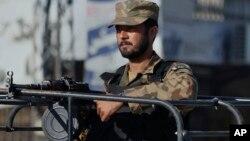 11月16日,巴基斯坦城市拉瓦爾品地實施宵禁,一名軍人站在車上