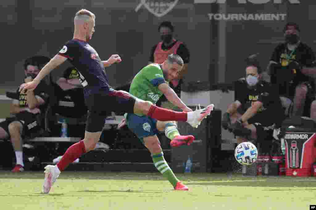 لیگ فوتبال آمریکا رقابتها را آغاز کرده و در این عکس بازیکنان دو تیم سیاتل (لباس سبز) و شیکاگو را می بیند. تیم شیکاگو فایر دو بر یک این بازی را برد.